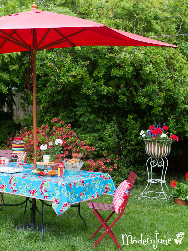 Velcro-Tablecloth-for-outdoor-tables-with-an-umbrella-